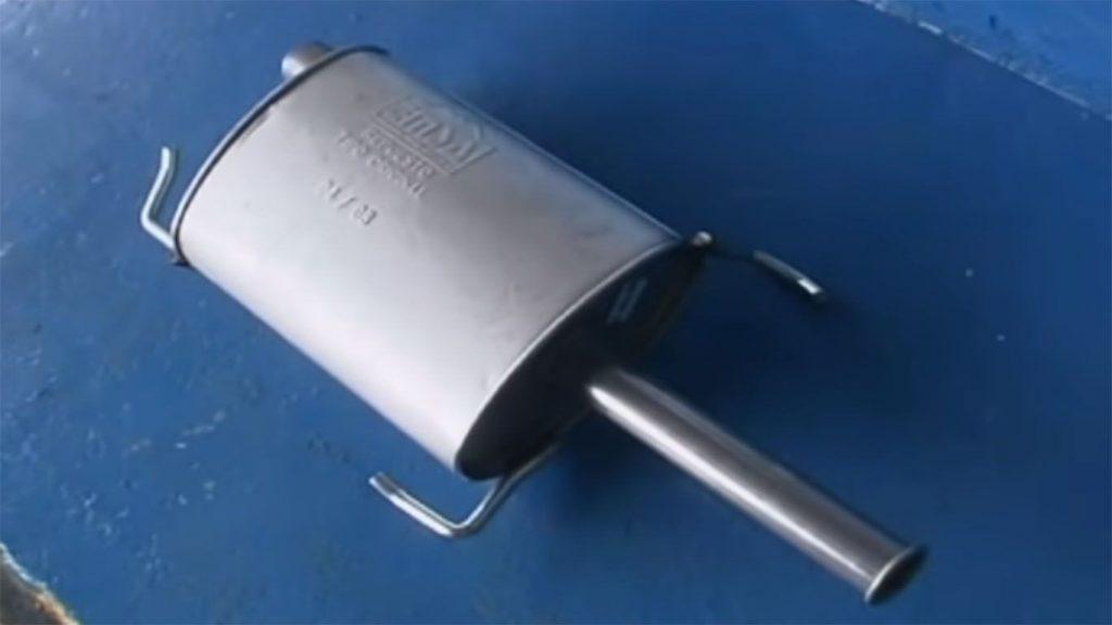 tubo de escape y silenciador del auto